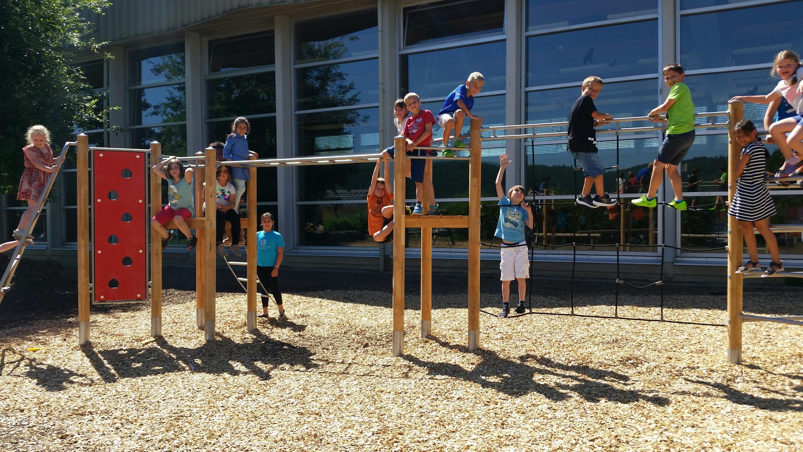 Klettergerüst Schule : Neues klettergerüst auf dem pausenhof friedrich heuss schule